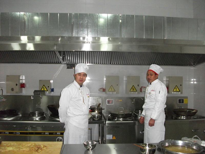 技艺高超的厨师和干净环保的新设备